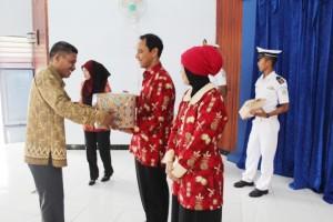 4. Penyerahan Cinderamata dari Pegawai SUPM Negeri Waiheru Ambon