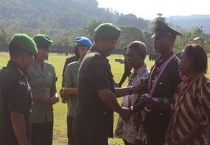 Pangdam XVI Pattimura, Maluku memberikan ucapan selamat kepada salah satu lulusan terbaik pendidikan pertama tamtama TNI AD