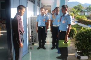 Pengecekan kelengkapan dan pemeriksaan administrasi Ujian Nasional oleh pengawas sebelum peserta memasuki ruang ujian