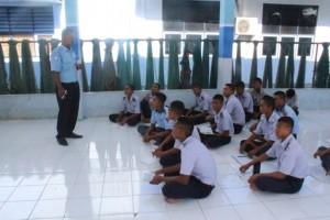 Pemberian materi teori Bahan dan Alat Tangkap oleh Bapak Jonas B. Nanlohy, S.Pi sebagai pengantar untuk siswa SMK Negeri Tabona sebelum melaksanakan kegiatan praktek