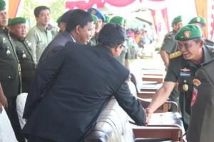 Panglima Daerah Militer (Pangdam) XVI Pattimura, Maluku berjabat tangan dengan tamu undangan seusai acara