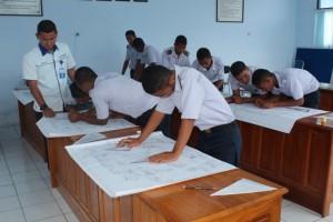 Siswa SMK Negeri Tabona melaksanakan praktek Merencanakan Pelayaran yang didampingi oleh Bapak Wisnhu C. Pratama, S.St.Pi