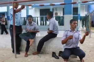 Siswa SMK Negeri Tabona melaksanakan praktek Membuat Miniatur Jaring Insang yang didampingi oleh Bapak Jonas B. Nanlohy, S.Pi