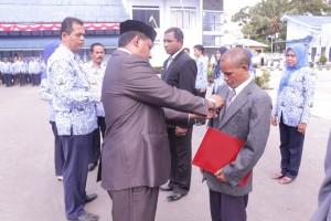 Penganugrahan Satya Lencana Karya Satya 10 tahun, 20 tahun dan 30 tahun kepada pegawai SUPM Waiheru Ambon
