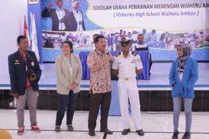 Bapak Dr.Suseno Sukoyono memberikan kesempatan kepada para perwakilan mahasiswa perikanan seluruh Indonesia untuk bertanya kepada salah satu siswa SUPM Waiheru tetang pengalamannya di atas kapal