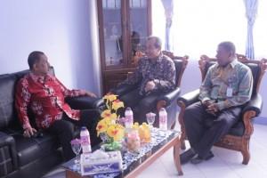 Bapak Walikota Ambon diterima langsung oleh Kepala Pusat Pendidikan KP dan Kepala SUPM Waiheru Ambon di ruang kerjanya