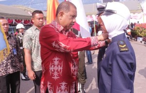 Pelantikan siswa baru oleh Inspektur upacara yaitu bapak Walikota Ambon yang di dampingi oleh Kepala Pusat Pendidikan KP dan Kepala SUPM Waiheru Ambon
