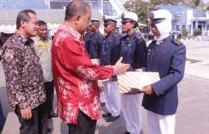 Pemberian penghargaan kepada peserta terbaik oleh bapak Walikota Ambon yang di dampingi oleh Kepala Pusat Pendidikan KP dan Kepala SUPM Waiheru Ambon