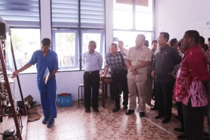 Siswa SUPM Waiheru yang merupakan Manager TEFA Siswa menjelaskan kepada Ketua Komisi IV DPR-RI dan rombongan tentang Sistem Refrigrasi Mesin Pendingin